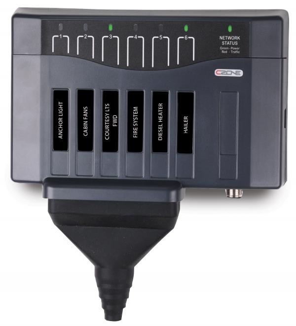 CZone Output Interface mit Anschluss und Schutzkappe